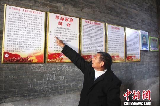 退休老教师朱性秀在讲述红军当年赠送药箱和刺刀的故事。 卢文伟 摄