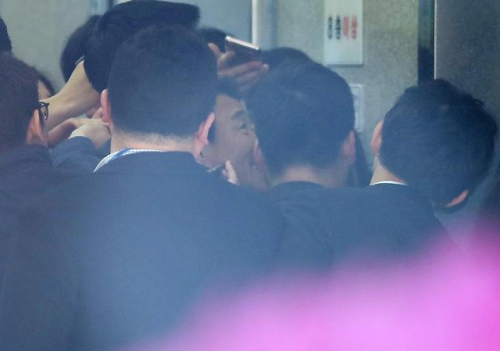 SK集团supex追求协会议长金昌根16日上午抵达首尔中央地方检察院。 [图片来源:韩联社]