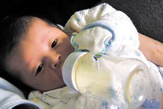 1.15千克男婴住进ICU 黄冈妈妈一趟趟亲送母乳到武汉