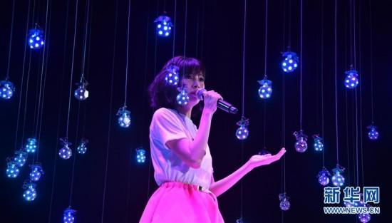 3月17日,新加坡歌手郭美美在演唱会上表演。当日,亚洲流行音乐节演唱会在香港会议展览中心举行。(新华社记者 吕小炜 摄)