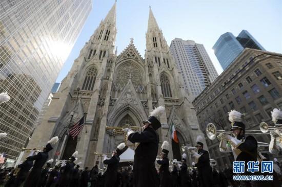 3月17日,在美国纽约曼哈顿,圣帕特里克节的游行队伍从圣帕特里克大教堂前经过。当天,第256届圣帕特里克节大游行在美国纽约第五大道举行,吸引数万人观看。每年3月17日的圣帕特里克节是爱尔兰传统节日,为纪念爱尔兰守护神圣帕特里克而设立。美国的爱尔兰后裔在这一天喜欢佩戴三叶草,用爱尔兰国旗颜色黄绿两色装饰房间,身穿绿色衣服,并向宾客赠送三叶草饰物等。新华社记者王迎摄