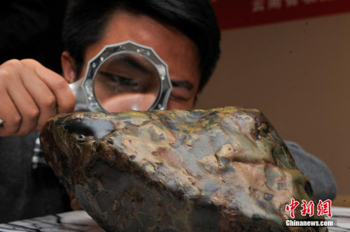 资料图:一名陨石收藏家的藏品在昆明展出。<a target='_blank'  data-cke-saved-href='http://www.chinanews.com/' href='http://www.chinanews.com/'><p  align=