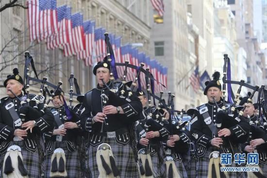 3月17日,人们在美国纽约曼哈顿参加圣帕特里克节游行。当天,第256届圣帕特里克节大游行在美国纽约第五大道举行,吸引数万人观看。每年3月17日的圣帕特里克节是爱尔兰传统节日,为纪念爱尔兰守护神圣帕特里克而设立。美国的爱尔兰后裔在这一天喜欢佩戴三叶草,用爱尔兰国旗颜色黄绿两色装饰房间,身穿绿色衣服,并向宾客赠送三叶草饰物等。新华社记者王迎摄