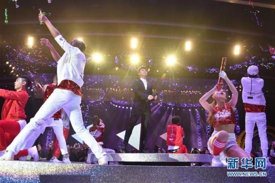 3月17日,香港歌手李克勤(中)在演唱会上表演。当日,亚洲流行音乐节演唱会在香港会议展览中心举行。(新华社记者 吕小炜 摄)