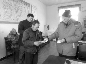 江苏东台老人不办90岁大寿 捐出上万元助他人