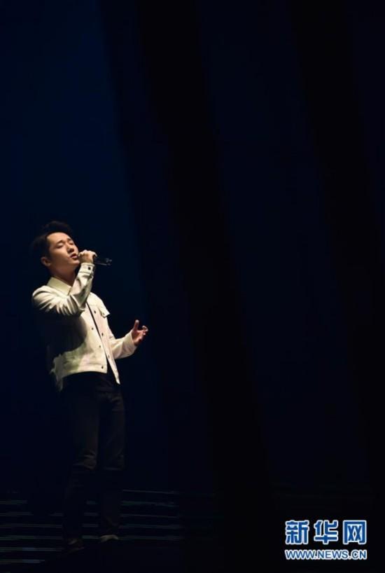 3月17日,歌手蒋敦豪在演唱会上表演。当日,亚洲流行音乐节演唱会在香港会议展览中心举行。(新华社记者 吕小炜 摄)