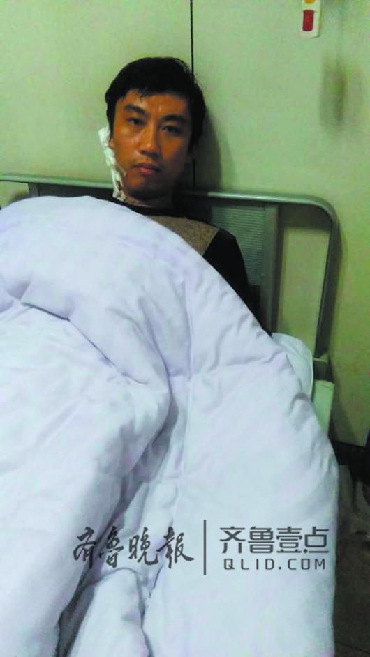 躺在病床上急需用钱的刘明利受访者供图