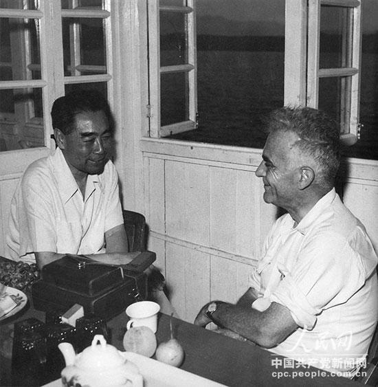 1960年8月30日,周恩来在密云水库的游艇上和美国记者埃德加・斯诺交谈。