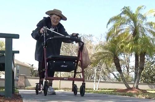 美83岁老太为环保日日捡垃圾从未间断