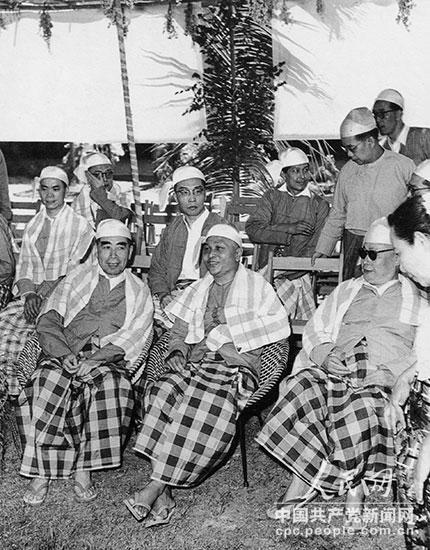 1960年4月,周恩来和陈毅访问缅甸时,在吴努总理陪同下欢庆泼水节。