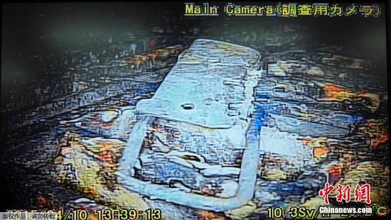 资料图:日本向福岛第一核电站1号机组的反应堆安全壳内投入的棒状机器人,拍摄了反应堆图片。