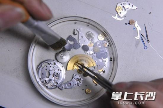 方寸修表桌,人生大舞台。四十多年前,龚道国用人生第一块手表换来的修表工具,大多数至今仍在正常使用。                                                          长沙晚报记者小刘军摄