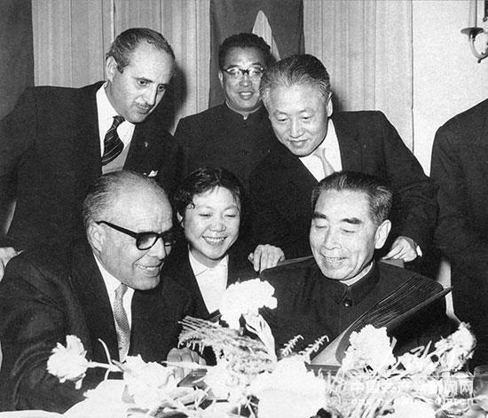 1964年1月,周恩来访问突尼斯时,在答谢宴会上欣赏哈比卜・布尔吉巴总统(左)赠送的影集。