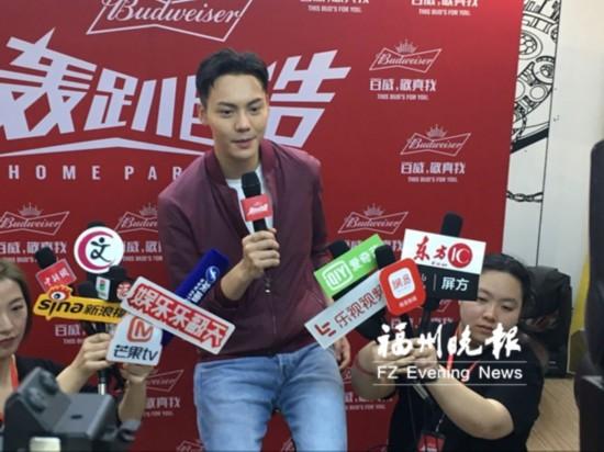 陈伟霆亮相福州网络累瘫了:众多粉丝直播致信号堵塞