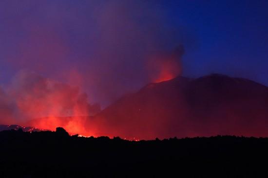 这是3月17日在意大利西西里岛卡塔尼亚附近拍摄的喷发的埃特纳火山。