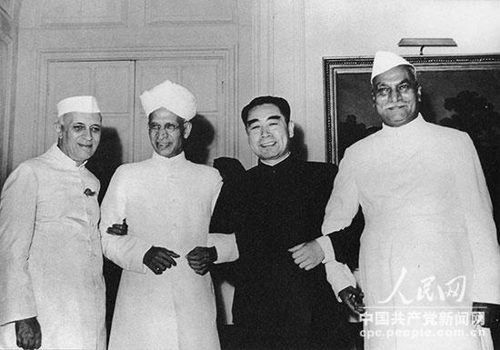1954年6月,周恩来和印度总统拉金德拉・普拉沙德(右一)、副总统萨瓦帕利・拉达克里希南(左二)、总理瓦哈拉尔・尼赫鲁(左一)合影。