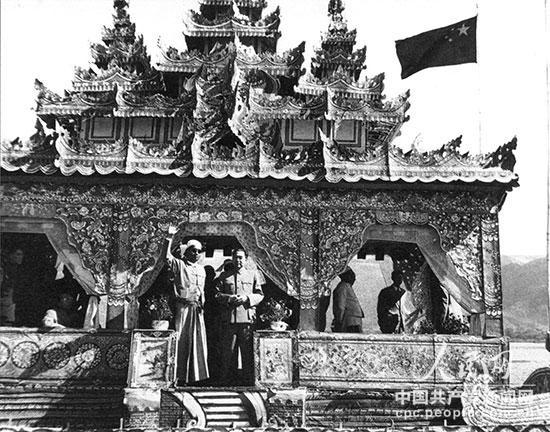1956年12月,周恩来访问缅甸时,和吴巴瑞总理(左)在游艇上。