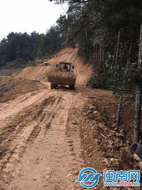 推土机在施工工地马不停歇地作业