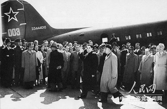 1954年4月至7月,周恩来率领中国政府代表团出席日内瓦会议。4月24日,抵达日内瓦。