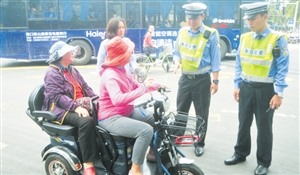 """海口交警整治""""老年代步车"""" 无证驾驶将处15日以下行政拘留"""