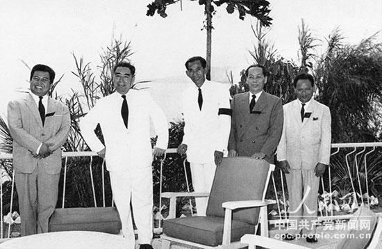 1960年5月,周恩来访问柬埔寨时,和诺罗敦・西哈努克亲王(左一)在一起。