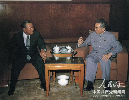 """在周恩来提出的""""长期积累""""原则指导下,五十年代以来开展的中日""""民间外交""""为两国关系正常化打下了基础。1972年9月,周恩来同来华访问的日本内阁总理大臣田中角荣签署《中日联合声明》,宣布两国结束战争状态,建立外交关系。这是周恩来在同田中角荣会谈。"""