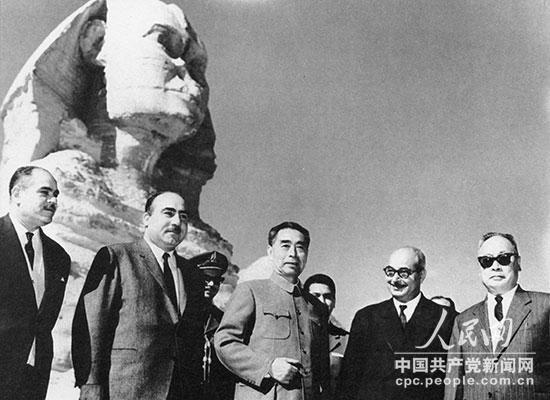 1963年12月,周恩来访问阿拉伯联合共和国期间,和陈毅参观狮身人面像时留影。