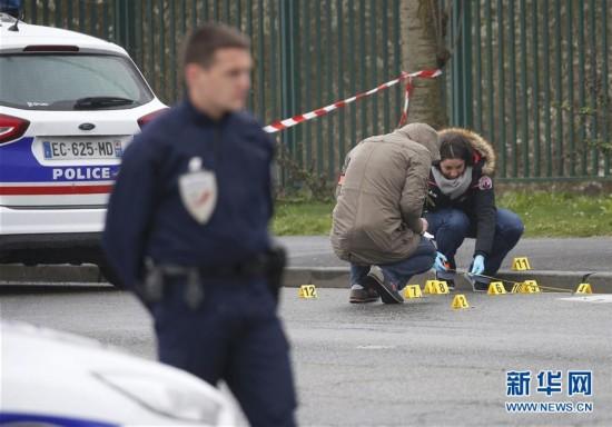 3月18日,法国巴黎北部郊区斯坦,警方调查人员在枪击现场勘察。新华社/路透