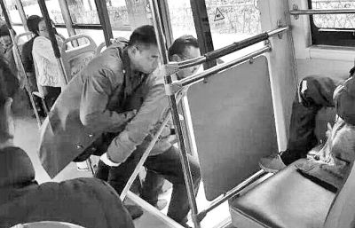 """""""暖心背扶照""""走红网络 漯河公交车长获点赞"""