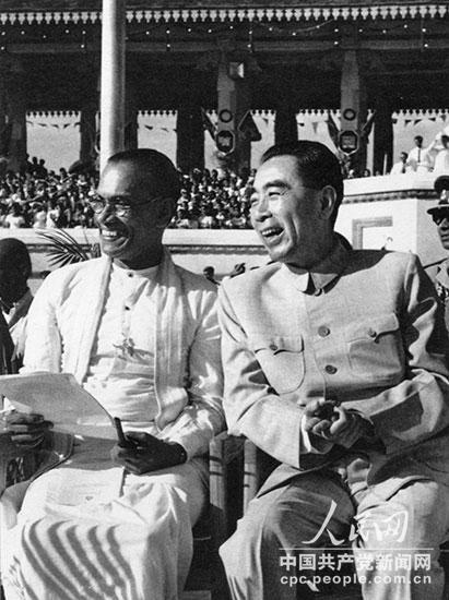 1957年2月,周恩来访问锡兰时,和班达拉奈克总理在锡兰独立纪念日庆祝大会主席台上。