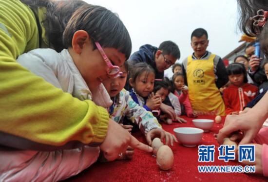 """""""学民俗 迎春分""""活动举行 数百名家长和孩子共迎春分节气"""