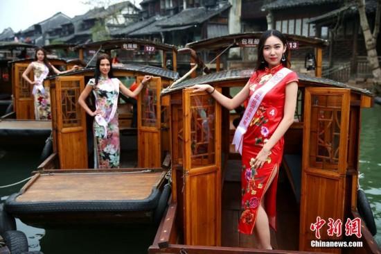 第二届国际旅游皇后大赛 佳丽乘船游乌镇