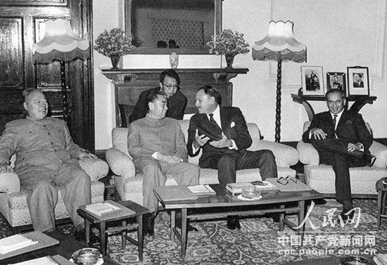 1964年2月,周恩来访问巴基斯坦时,在拉瓦尔品第同穆罕默德・阿尤布・汗总统(右二)、佐勒菲卡尔・阿里・布托外长(右一)举行会谈。