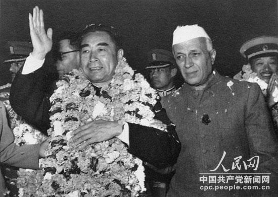 1956年11月,周恩来访问印度抵达新德里时,向欢迎群众挥手致意。右一为贾瓦哈拉尔・尼赫鲁总理。