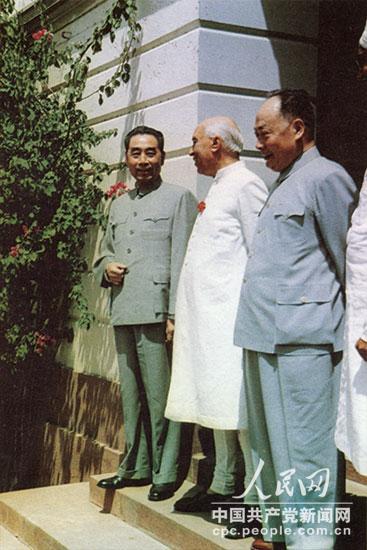1960年4月,周恩来和陈毅访问印度时,同尼赫鲁总理合影。