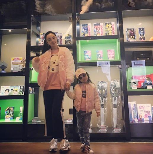 李小璐带小甜馨看电影 母女穿粉色外套走网红风(组图)