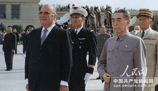 1973年9月,周恩来在机场迎接法国总统乔治・蓬皮杜。