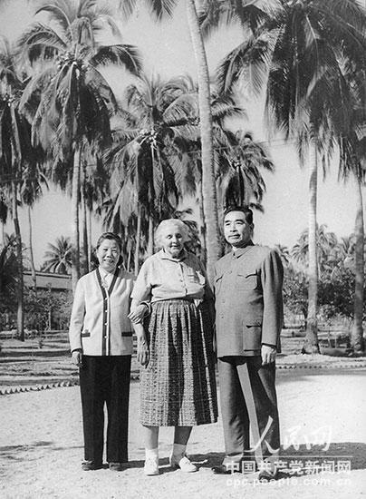 1960年2月,周恩来和邓颖超在海南岛同安娜・路易斯・斯特朗合影。