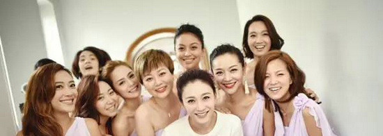 李小冉在婚礼时虽然只穿着简单的白T与伴娘们合影,但这一身雪白的肌肤瞬间将身穿华服的伴娘们都比了下去