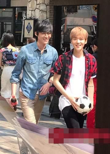 鹿晗手拿足球日本街头拍广告 笑容阳光活力十足