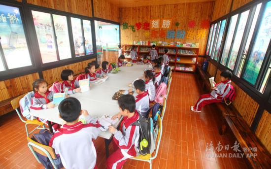 """2017年3月7日,在海口市玉沙实验学校设立的""""爱心书屋""""里,放学后的孩子们在边看书边等待家长接送。海南日报记者张茂摄"""