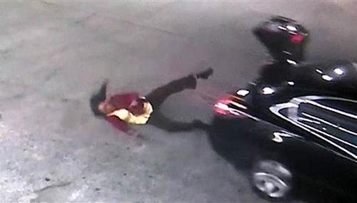 狄格斯从汽车后备箱滚落的瞬间被监视器记录了下来。