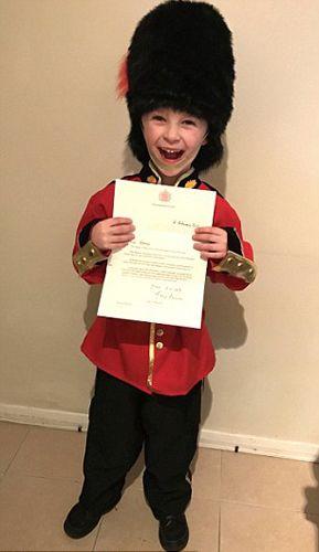 英6岁男童致信女王欲当皇室卫兵 意外收到回信