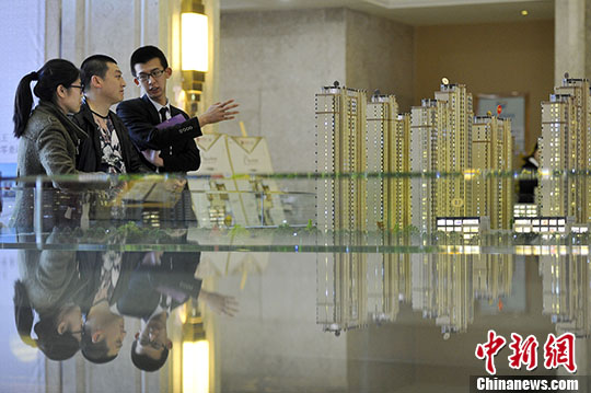 资料图:山西太原,置业顾问向民众推荐商品房户型。 <a target='_blank'  data-cke-saved-href='http://www.chinanews.com/' href='http://www.chinanews.com/'><p  align=