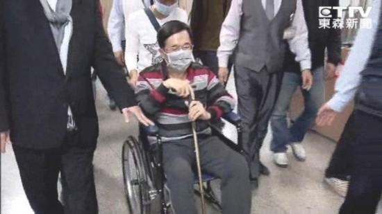 """陈水扁保外就医却忙出席餐会 遭批""""政治跑摊"""""""