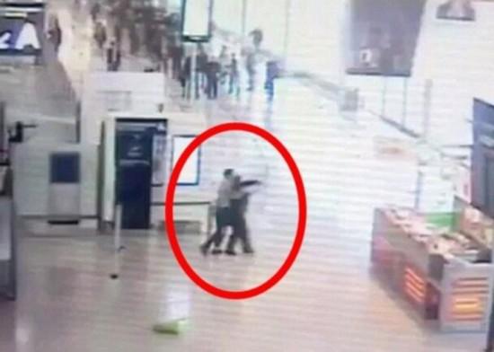 男子巴黎奥利机场企图夺女兵武器遭射杀 现场画面曝光