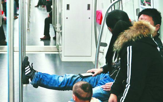 合肥地铁内或将有执法队伍处罚乘客不文明行为