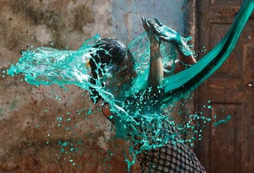 印度女子欢度色彩节。