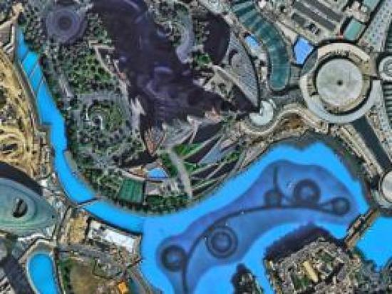 图为迪拜哈利法塔,塔底水中设施一览无遗。