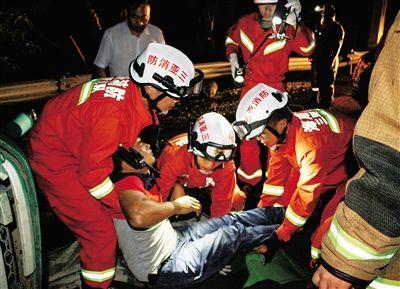 三亚一拖拉机侧翻 消防官兵紧急救援伤者